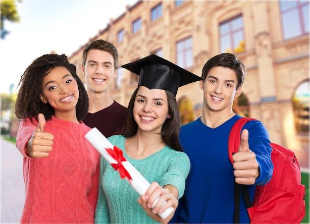 Gruppo di studenti laureati con diploma in background