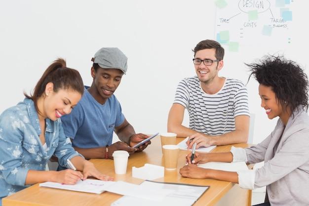 Gruppo di artisti felici in discussione alla scrivania