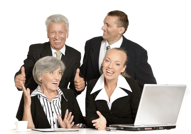 Gruppo di uomini d'affari felici isolati su bianco