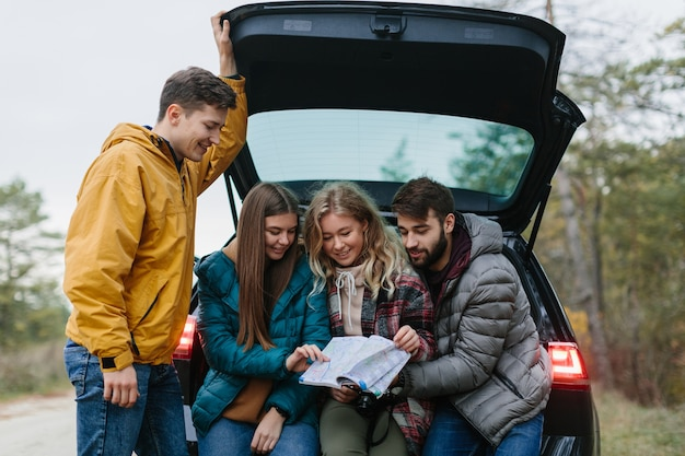 Gruppo di amici felici nel viaggio su strada