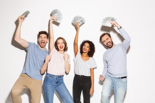 Gruppo di persone multirazziali felici che tengono le banconote dei soldi