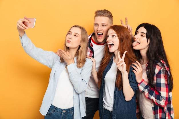 Gruppo di amici di scuola felici che prendono un selfie