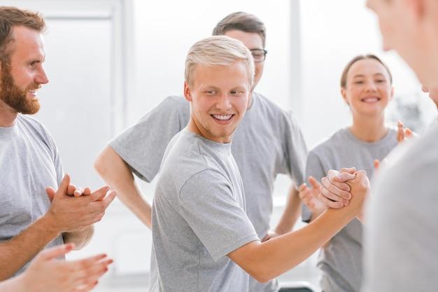 Un gruppo di studenti felici che applaudono i concorrenti