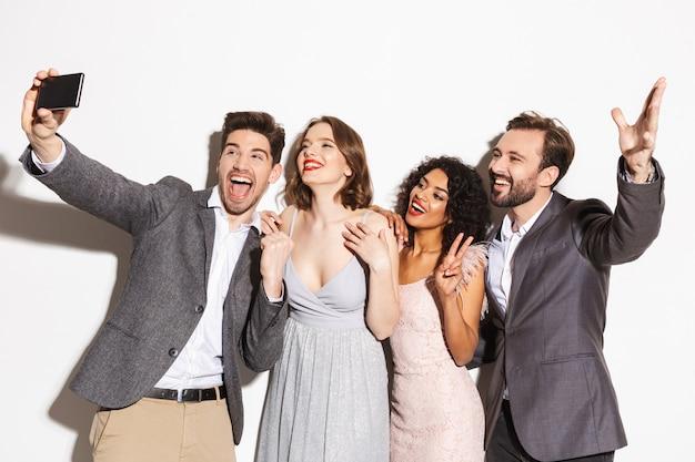 Gruppo di persone multirazziali ben vestite felici