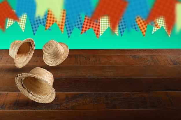 Gruppo di cappelli della festa junina, tipica festa brasiliana su fondo verde e legno. messa a fuoco selettiva.