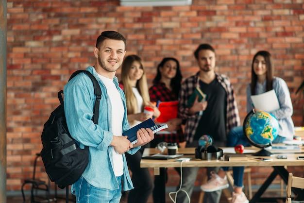 Gruppo di studenti delle scuole superiori con libri di testo, squadra