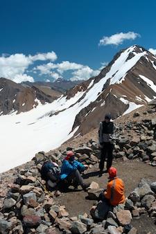 Gruppo di escursionisti che si riposano dopo essersi alzati