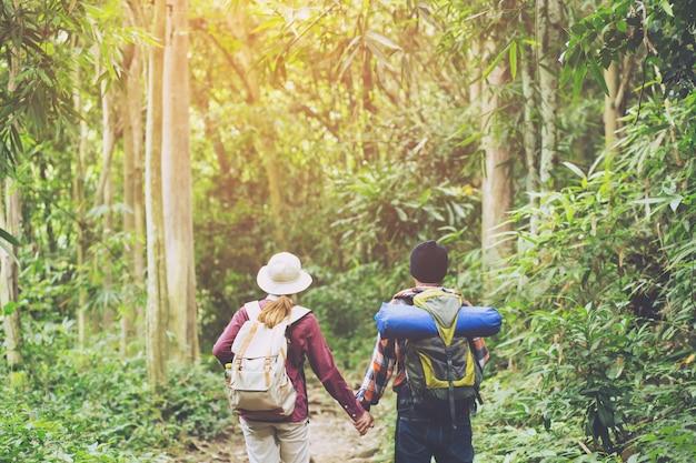 Gruppo di escursionisti che camminano in montagna
