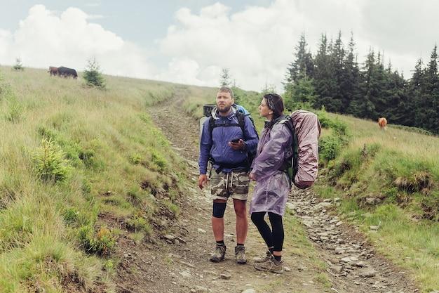 Un gruppo di escursionisti con zaini percorre un sentiero verso un crinale montuoso