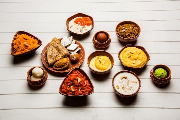 Gruppo di dolci indiani o mithai in ciotola di terracotta, messa a fuoco selettiva selective