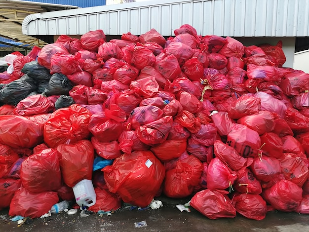 Gruppo di rifiuti infettivi di un paziente covid 19 in un sacchetto di plastica rosso