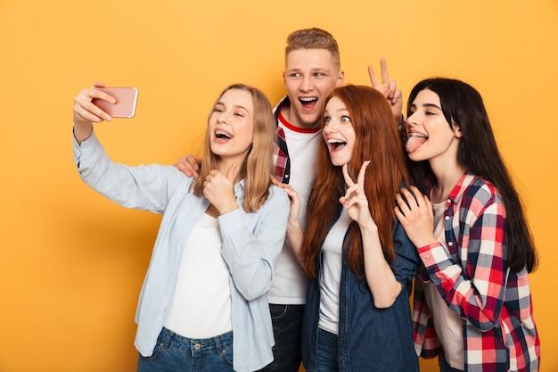 Gruppo di gioiosi compagni di scuola che prendono un selfie