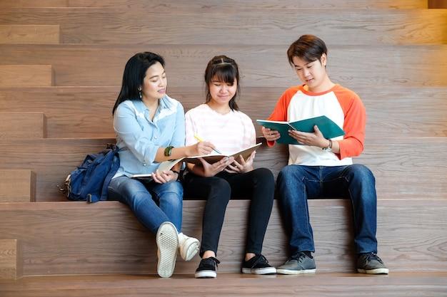Gruppo di allievi junior e anziani studenti tutoraggio con il loro docente, concetto di educazione