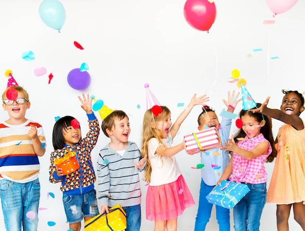 Il gruppo di bambini celebra il divertimento del partito insieme