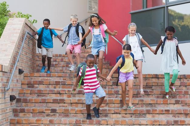 Gruppo di bambini scendendo dalla scala