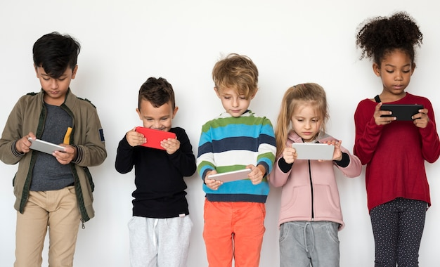 Gruppo di bambini che utilizzano il telefono cellulare digitale