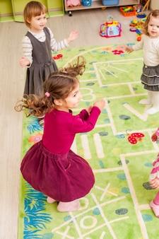 Gruppo di bambini che ballano e battono le mani