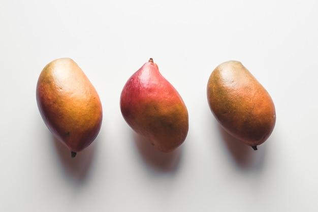 Gruppo di mango sulla superficie bianca