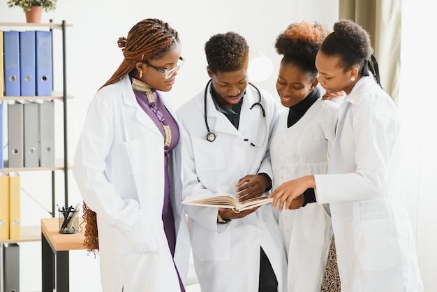 Gruppo di medici in ufficio con i raggi x del paziente