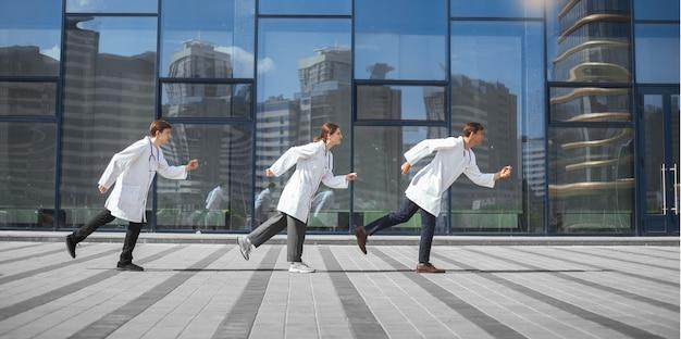 Un gruppo di medici sta correndo verso un'ambulanza