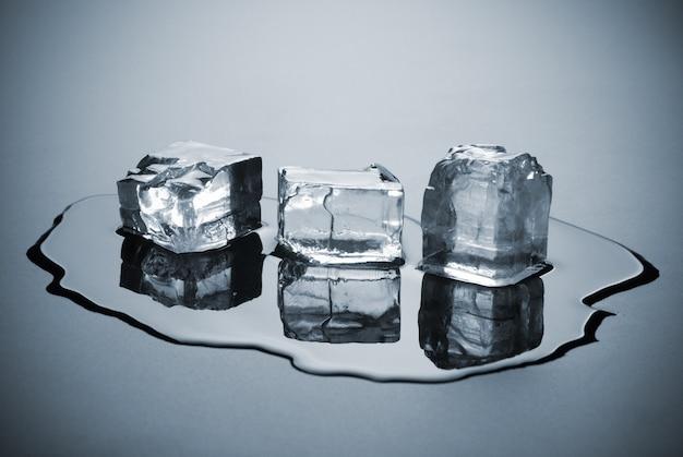 Gruppo di cubetti di ghiaccio sciolto