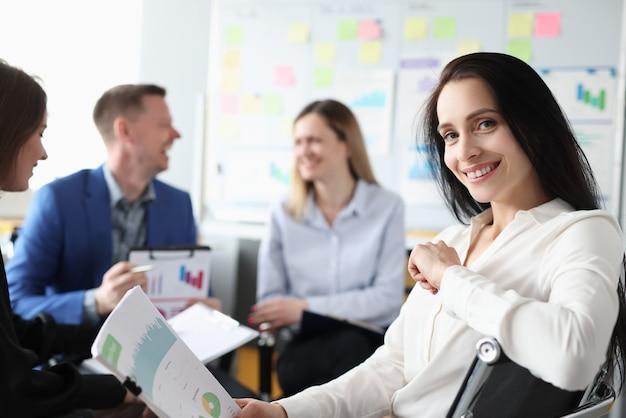 Raggruppa uomini e donne seduti con documenti in mano durante i corsi di formazione aziendale business
