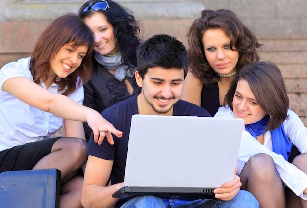 Gruppo di allegri studenti