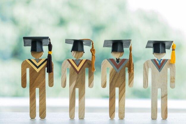 Gruppo di studenti di celebrazione laureati di modelli che indossano la laurea. concetto di congratulazioni per l'apprendimento dell'istruzione di successo nei risultati universitari e lo studio all'estero internazionale. di nuovo a scuola