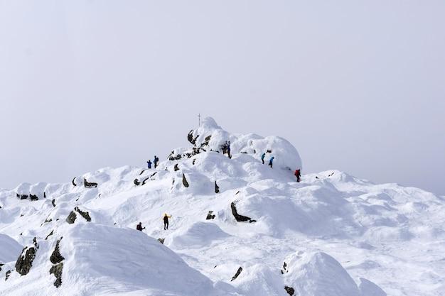 Un gruppo di alpinisti ha raggiunto la cima del monte konzhakovskiy kamen