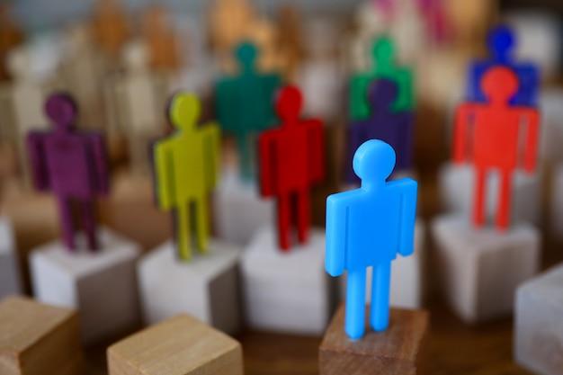 Riunione di lavoro di squadra delle siluette colorate multi gruppo di uomini d'affari