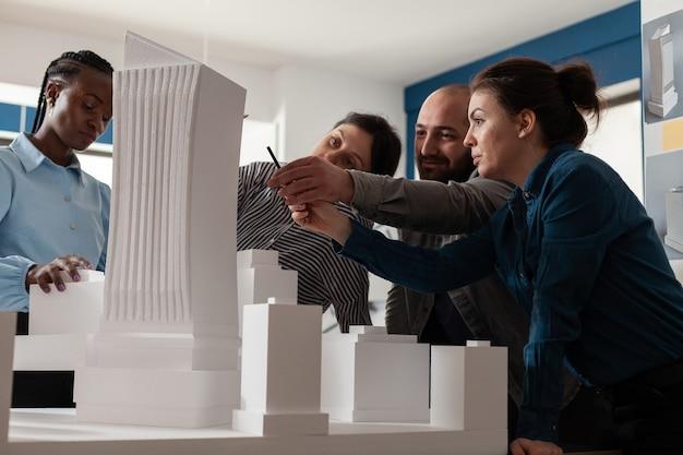 Un gruppo di colleghi multietnici lavora in architettura