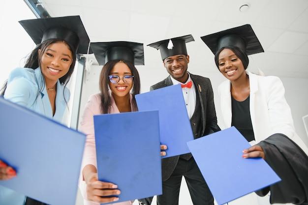 Gruppo di laureati multiculturali.
