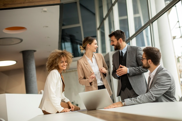 Gruppo di uomini d'affari multietnici che lavorano insieme in ufficio