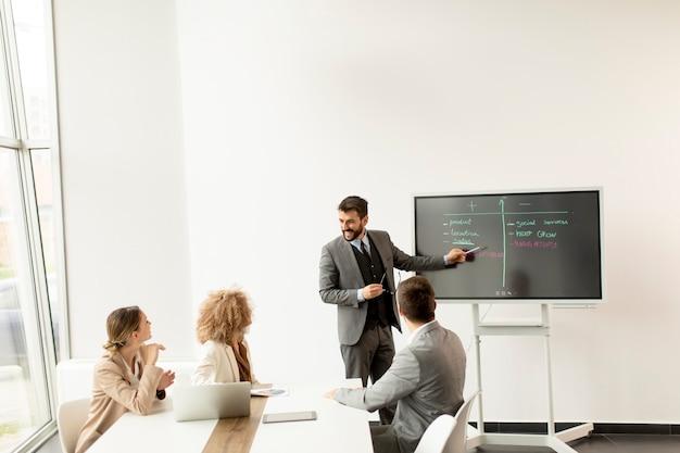 Gruppo di giovani imprenditori multietnici che lavorano insieme in ufficio