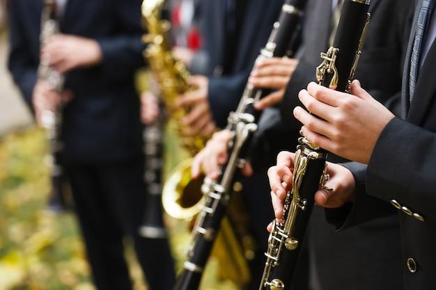 Gruppo di musicisti che suonano il clarinetto Foto Premium