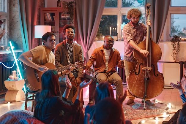Gruppo di musicisti che suonano diversi strumenti musicali durante la loro esibizione