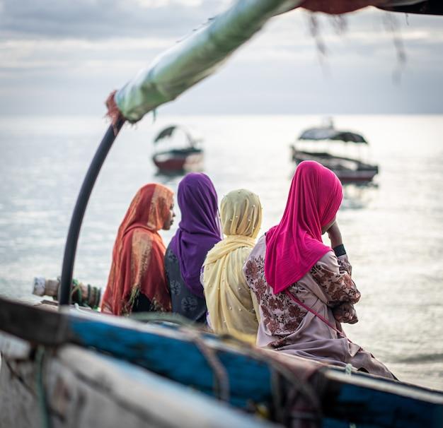 Gruppo di ragazze musulmane insieme sulla spiaggia