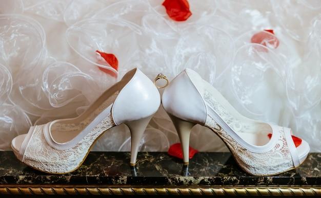 Oggetto del gruppo di accessori per gioielli da sposa, anelli da chiesa, collana e scarpe