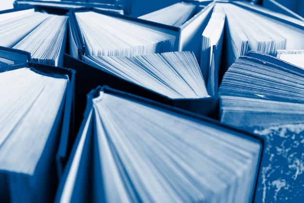 Gruppo di vecchi libri con copertina rigida colorati nel classico colore blu, vista dall'alto