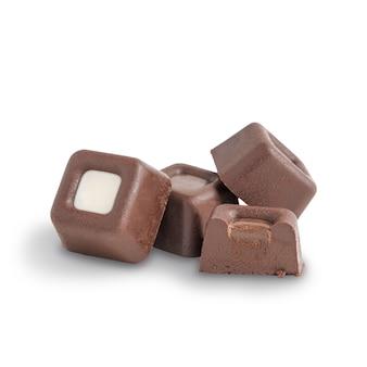Gruppo di tartufi di cacao organici fatti di cioccolato fondente isolati su fondo bianco