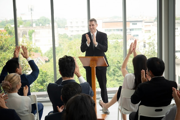 Gruppo di persone in seminario di formazione per eventi aziendali, eventi per conferenze o formazione. gestione del posto di lavoro e performance di sviluppo.