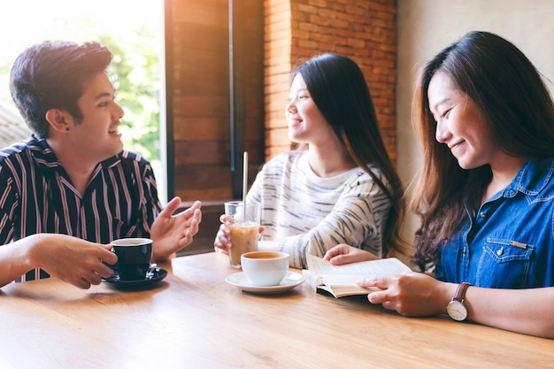 Un gruppo di persone si è divertito a parlare, leggere e bere caffè insieme al bar