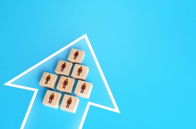 Un gruppo di persone forma un unico movimento freccia consolidamento perseguendo un obiettivo comune