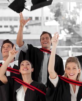 Gruppo di persone che si laureano dal college