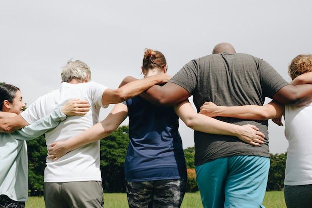 Gruppo di persone che abbracciano nel parco