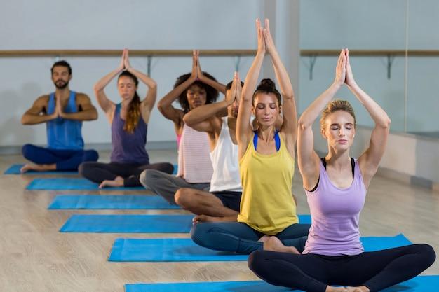 Gruppo di persone che svolgono yoga
