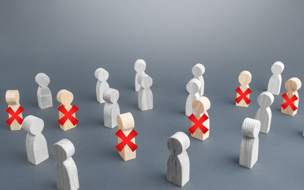 Un gruppo di persone alcune sono barrate con una croce rossa. disoccupazione massiccia del personale