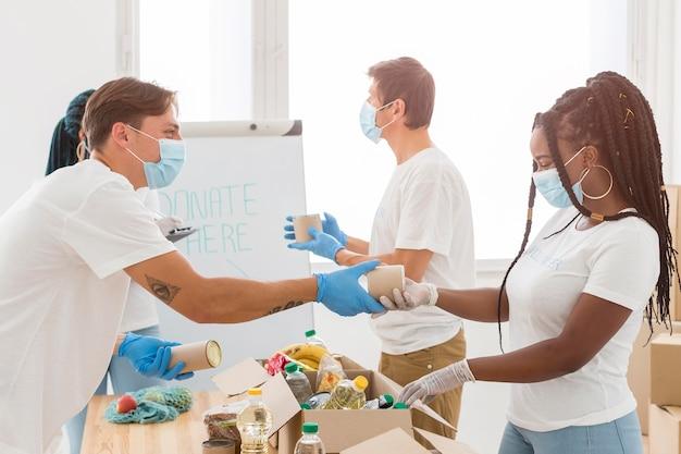 Gruppo di persone che fanno volontariato insieme