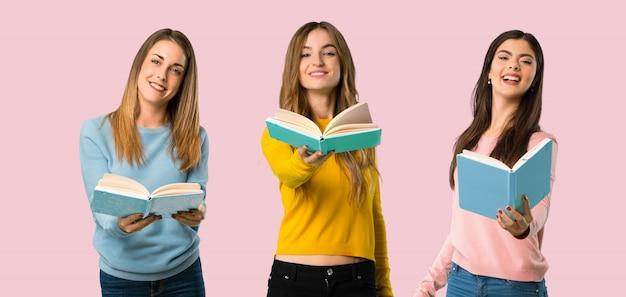Gruppo di persone con abiti colorati in possesso di un libro e darlo a qualcuno su sfondo colorato