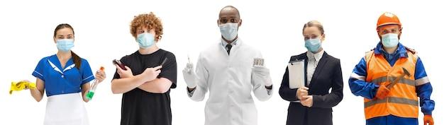 Gruppo di persone con diverse professioni su sfondo bianco, orizzontale. lavoratori moderni di diverse occupazioni, modelli maschili e femminili come ragioniere, barbiere, dottore, ragioniere con maschere facciali